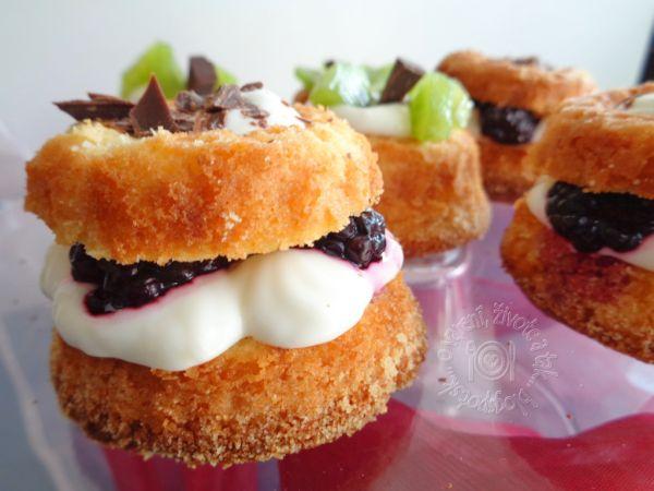 Cupcakes s tvarohovou penou a ovocím |