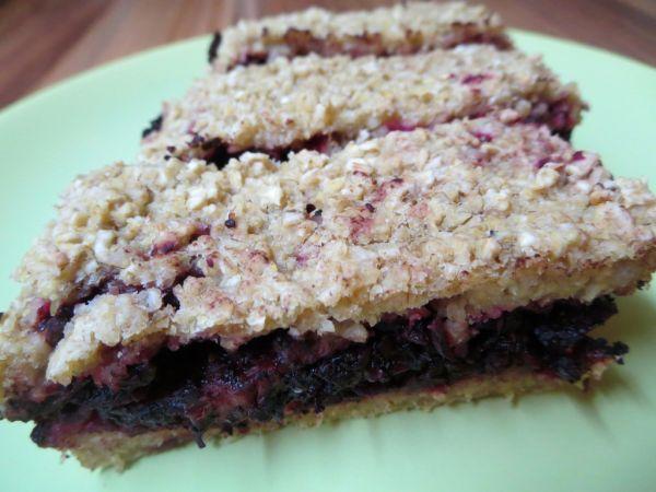 Vločkový koláč s červenou repou a karobom |