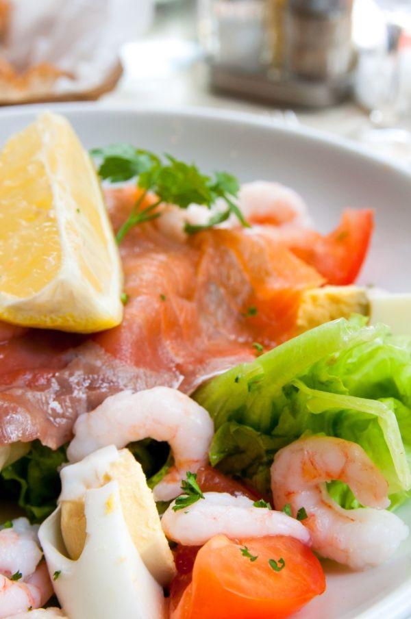 Šalát s údeným lososom, krevetami, avokádom a pomarančom ...