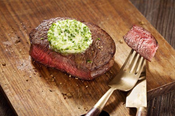 Baranie steaky s bylinkovým maslom |