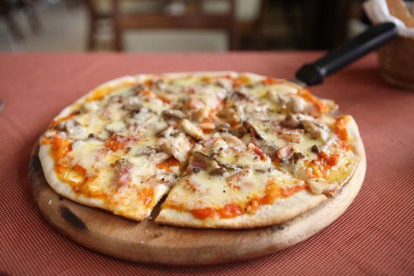 Pizza so šunkou a šampiňónmi |