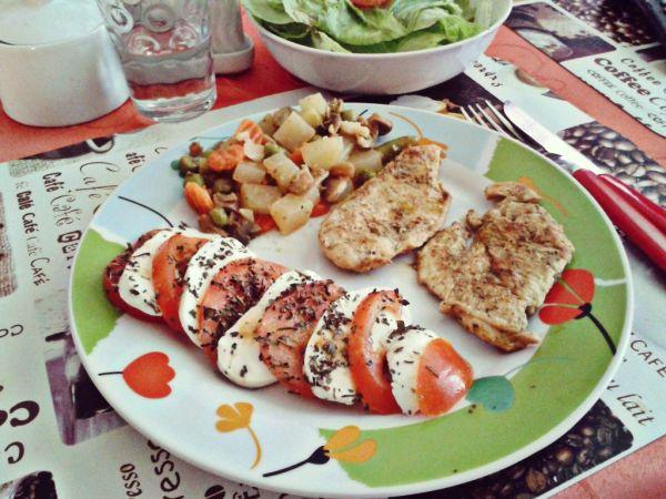 Kuracie mäsko s bazalkovým pestom a mozarella s paradajkou ...