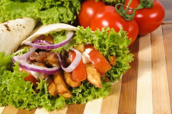 Tortilly s kuracím mäsom, rukolou a ľadovým šalátom |