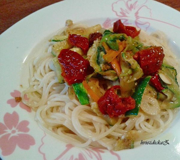 Špagety so zeleninou a sušenými paradajkami |
