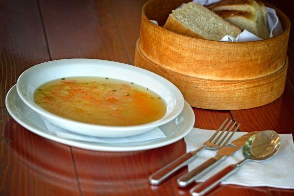 Chlebová polievka s droždím a zeleninou |