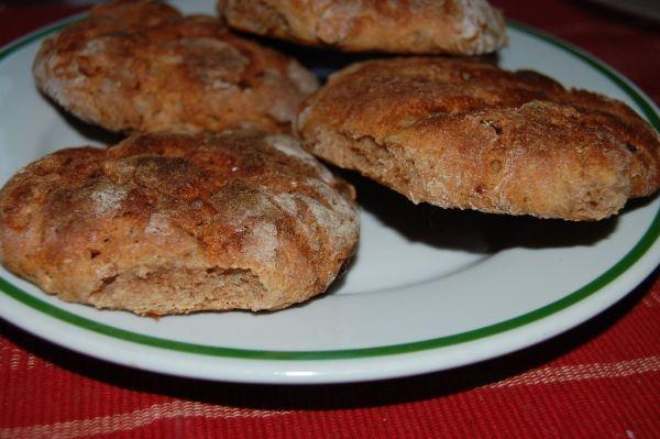 Pšenično-ražné chlebové bochníky s cibuľou ...