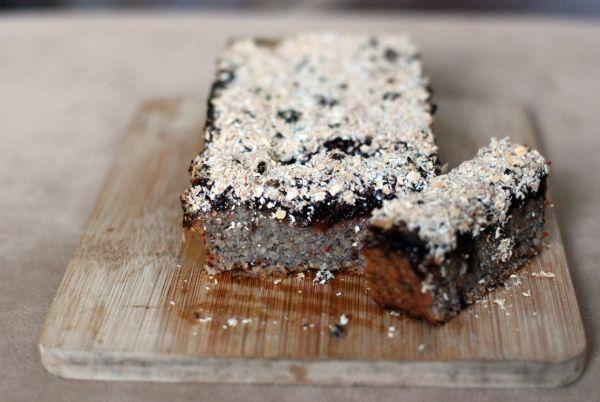 Ovsený koláč so slivkami a chia semienkami |