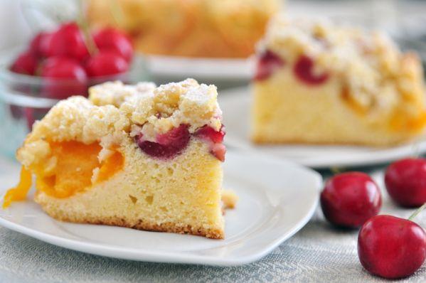 Čerešňovo-marhuľový koláč s mrveničkou |