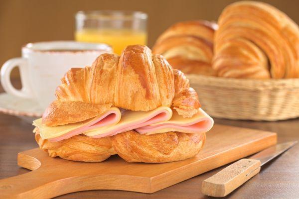 Croissant so syrom a šunkou |