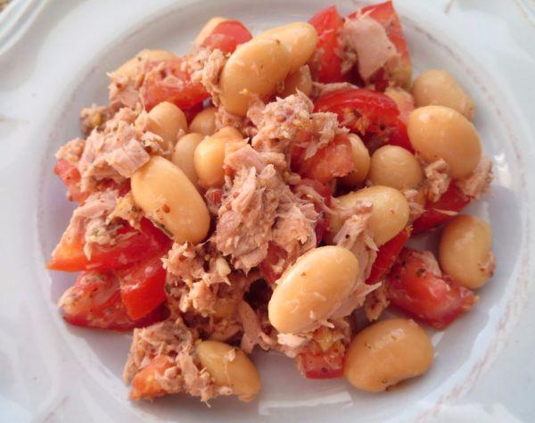 Fazuľovo-tuniakový šalát s paradajkami |