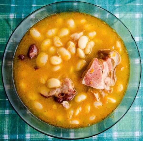Fazuľová polievka s údeným mäsom a zeleninou |