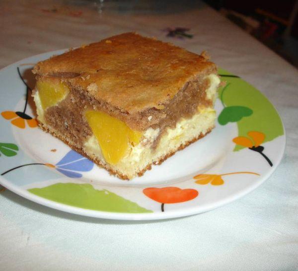 Tvarohový dvojfarebný koláč s ovocím |