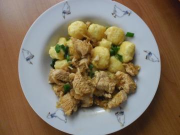 segedínský guláš z krutích prsou s pažitkovými bramborovými nočky