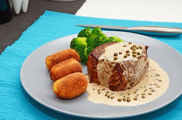 Hovädzí steak s omáčkou zo zeleného korenia |