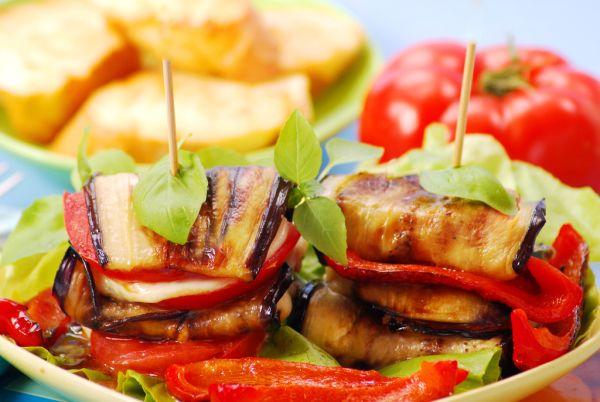 Grilovaný baklažán s paprikou, paradajkou a syrom |