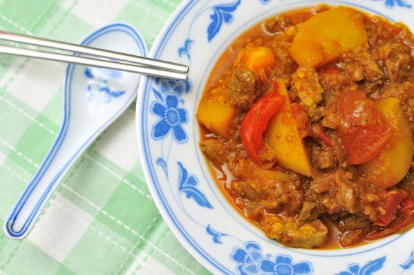 Baranie mäso so zemiakmi a paradajkou |