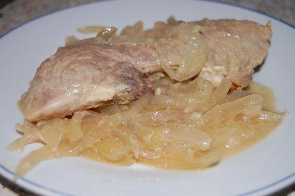 Pečené mäso na pive a cibuli |