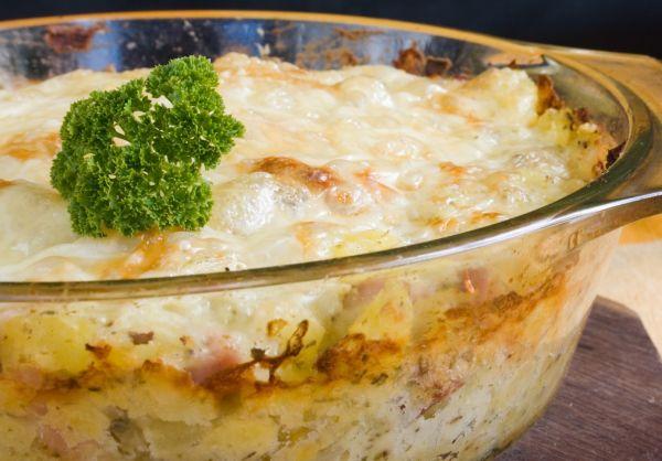 Zapekané zemiaky s údeným mäsom a mliekom |