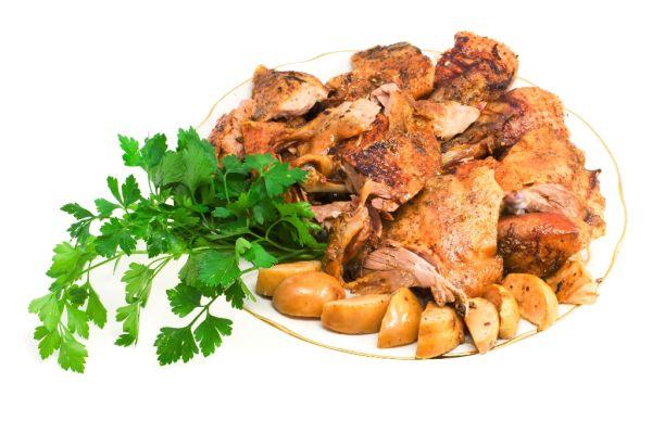 Tanier s kuracím mäsom a jablkami na karí  