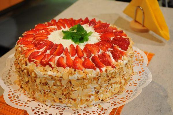 Video: Šľahačkovo-jahodová torta |