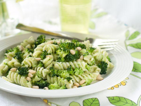 Cestoviny s brokolicou, pestom a píniovými orieškami |