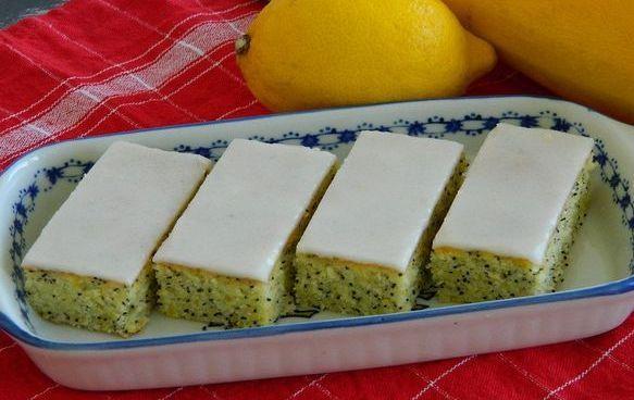 Cuketové rezy s makom a citrónovou polevou |