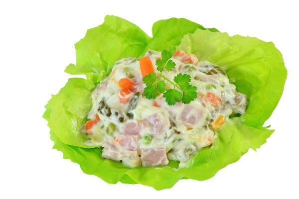 Šalát z hydinovej salámy s majonézou |