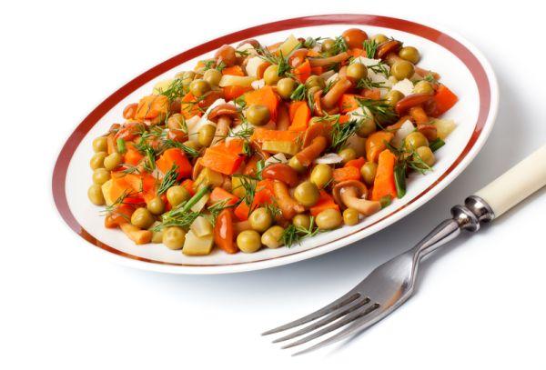 Zeleninový šalát s dusenými hubami |
