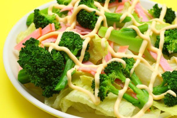 Brokolicový šalát s hydinovou šunkou |