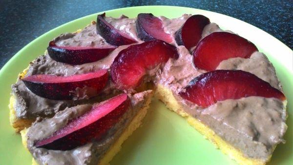 Nepečený krupicový koláč so slivkami |