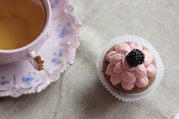 Čokoládový cupcake s černicovým krémom |