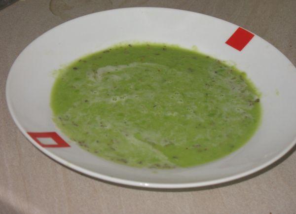 Krémová hrášková polievka s bazalkou |