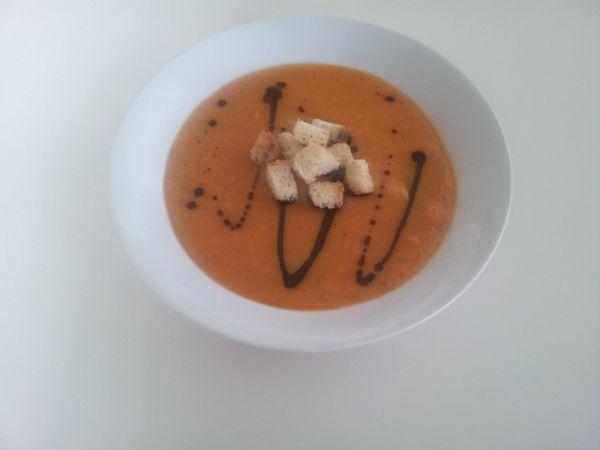 Krémová polievka zo sušeného hrachu s tekvicovým olejom a ...