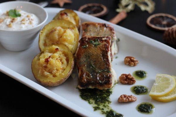 Zubáč s bylinkovým pestom, pečené zemiaky s čedarom a jogurtový ...