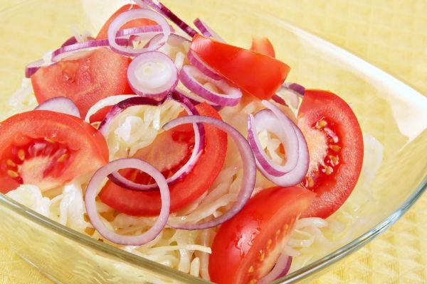 Kapustový šalát s rajčiakmi |