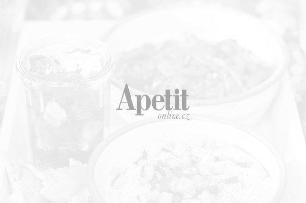 Špagety s česnekem, houbami a prosciuttem