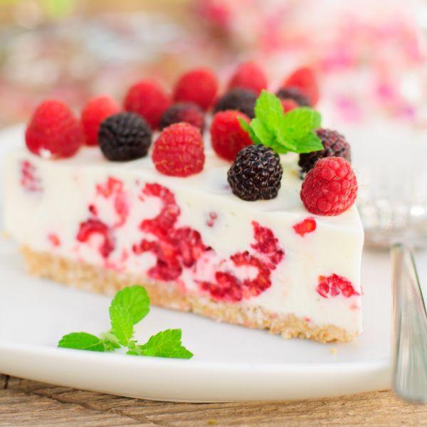 Nepečená torta s lesným ovocím a kefírom |