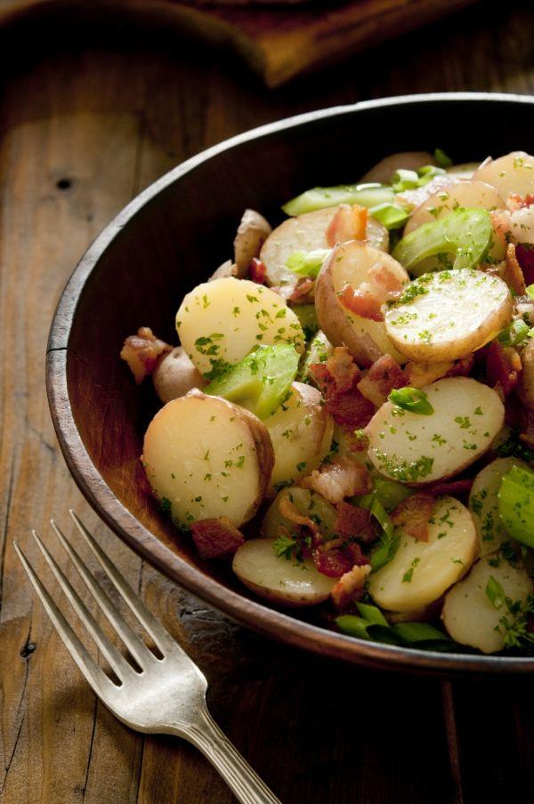 Šalát z vyprážaných zemiakov a čerstvých uhoriek |