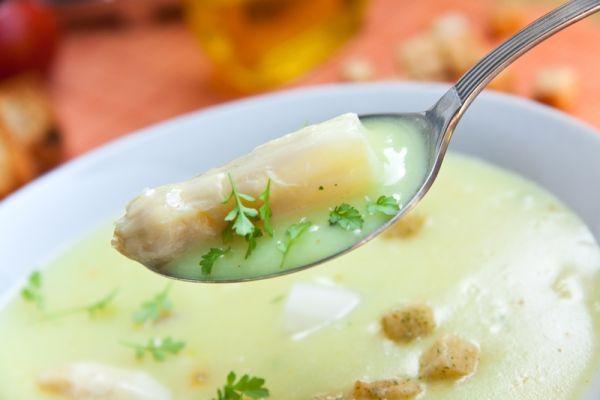 Pórová polievka so syrom a krutónmi |