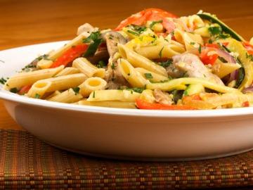 Těstovinový salát s kuřecími kousky a čerstvou zeleninou