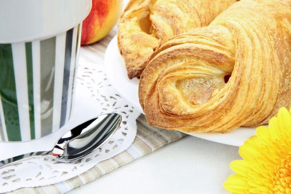 Francúzsky croissant s tvarohom a broskyňou |