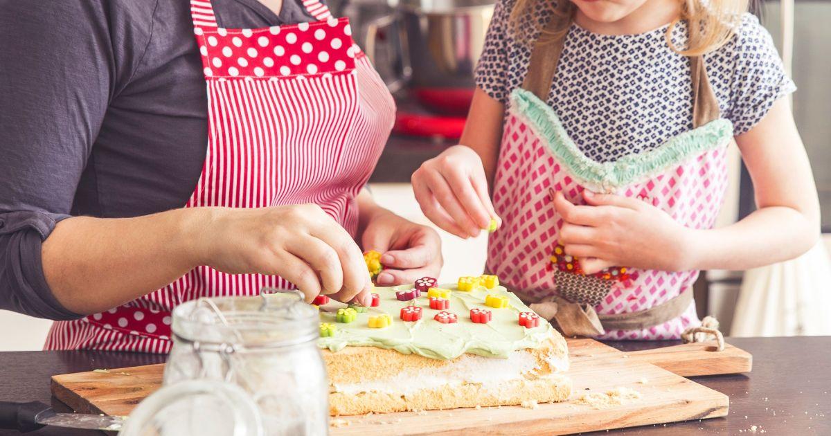 Rozkvitnutá piškótová torta s tvarohovým krémom a ...