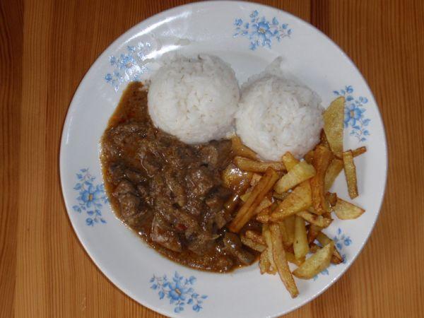 Pečeň s ryžou a hranolkami |