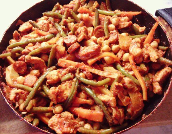 Chrumkavé kuracie soté so zeleninou na panvici |
