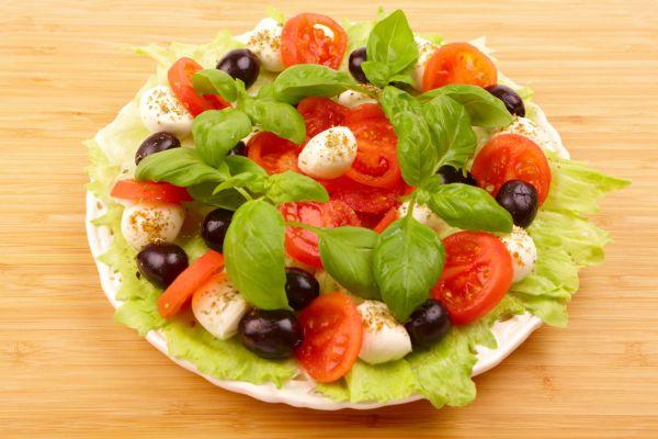 Šalát s olivami a mozzarellou |