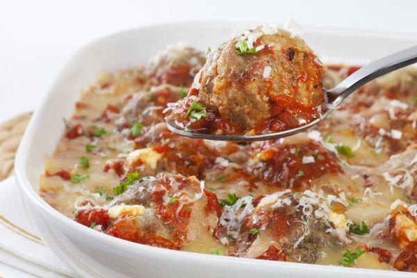 Mäsové guľky s paradajkovou omáčkou a syrom |