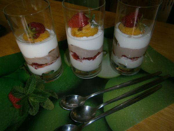 Jogurtovo-smotanový pohár s jahodami |