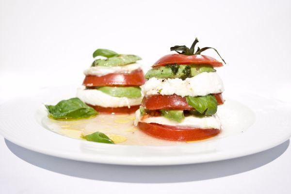 Veža z paradajky, mozzarelly a avokáda  