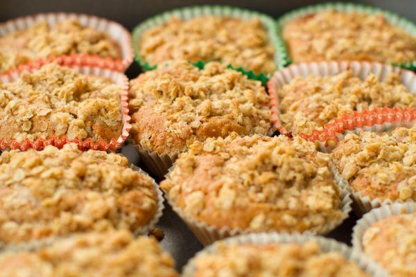 Chrumkavé jablkové muffiny s arašidovým maslom |