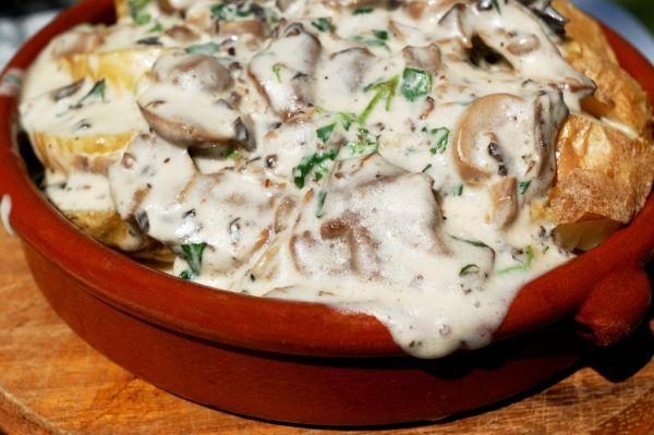 Zapekané zemiaky s hubami na smotane |